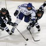 Eishockeyspieler im Kampf um den Puck.