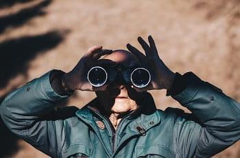 Ein Mann blickt durch ein Fernglas.