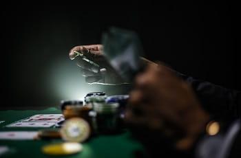 Hände, Karten und Spielchips.
