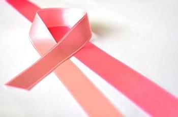 Eine rosa Schleife als Symbol für den Kampf gegen Brustkrebs.