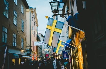 Schwedische Flaggen in einer Fußgängerzone.