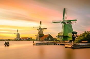 Niederländische Windmühlen am See.