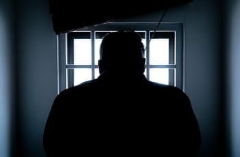 Ein Gefängnisinsasse am Fenster.