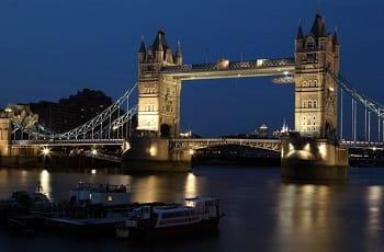 Die Londoner Towerbridge am Abend.