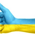 Ein Daumen in den Farben der Ukraine zeigt nach oben.