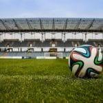 Ein Fußball auf dem Spielfeld eines Stadions.