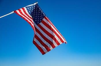 Eine US-Flagge im Wind.