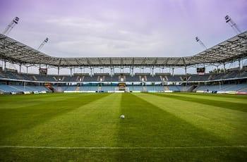 Ein leeres Fußballstadion.