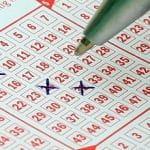 Kreuze setzen auf einem Lottoschein.