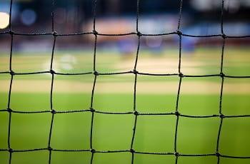 Blick durch das Netz eines Fußballtores.