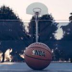 Ein NBA-Basketball liegt auf dem Spielfeld.