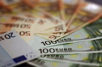 Eine Fläche voller Euro-Geldscheine.