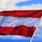 Eine österreichische Flagge im Wind.