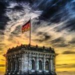 Eine deutsche Flagge weht auf dem Bundestag.