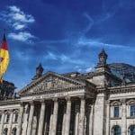 Eine deutsche Flagge vor dem Bundestag.