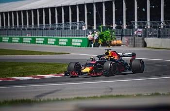 Ein Formel 1-Wagen beim Rennen.