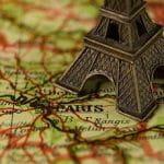 Eine Frankreich-Karte mit Eifelturm.