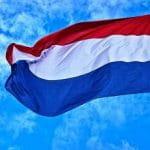 Eine niederländische Flagge im Wind.