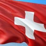Eine schweizerische Flagge im Wind.