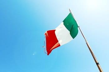 Eine italienische Flagge im Wind.