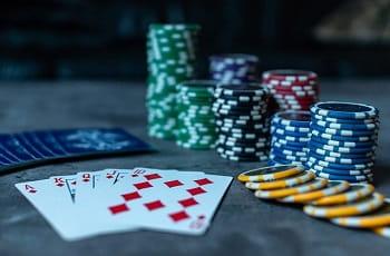 Spielkarten und Pokerchips.