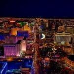 Die Spielerstadt Las Vegas aus der Luft bei Nacht.