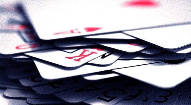 Ein Stapel Pokerkarten unsortiert übereinander.