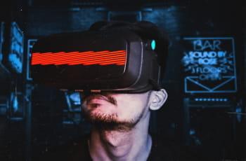 Ein Mann trägt ein VR-Headset.