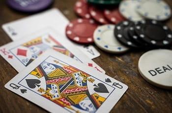 Poker-Equipment auf einem Tisch.