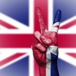 Das Victory-Zeichen in den Farben der britischen Flagge.