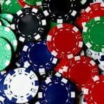 Ein Haufen bunter Pokerchips.