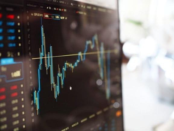 Aktienkurs Analyse auf einem Computer.