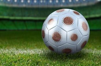 Ein Fußball im Corona-Design.