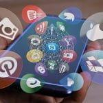 Ein Smartphone-Display zeigt Social Media-Apps.