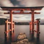 Ein japanischer Shinto-Schrein im Wasser.