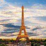 Der Eifelturm in Paris im Abendlicht.