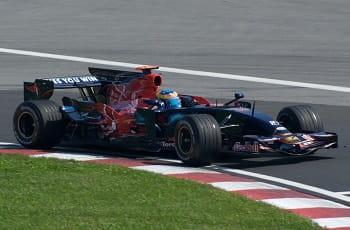 Ein RedBull-Formel 1-Wagen beim Rennen.