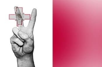 Eine Hand zeigt das Victory-Zeichen in den Farben Maltas.