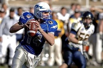 Ein Quarterback der NFL geht in Wurfstellung.