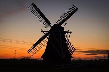 Eine niederländische Windmühle im Abendlicht.