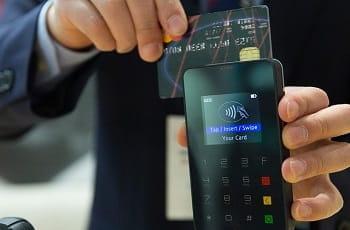 Eine Kreditkarte wird durch einen Scanner gezogen.