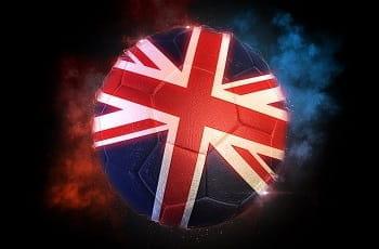 Ein Fußball in den Farben des Vereinigten Königreichs.