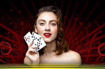 Frau mit drei Spielkarten