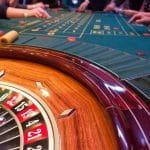 Gut besetzter Spieltisch beim Roulette.