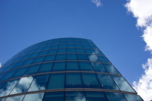 Gläsernes Bürogebäude.