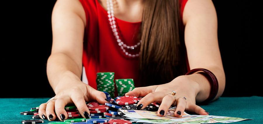 Dame gewinnt bei Poker