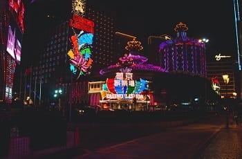 Das Casino Lisboa in Macau bei Nacht.