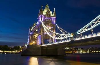 Die London Tower Bridge bei Nacht.