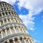 Der Schiefe Turm von Pisa unter blauem Himmel.