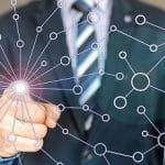 Ein Geschäftsmann erweitert sein digitales Netzwerk.